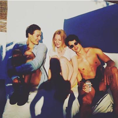 à Ibiza, comme Hugo, Daniel et je ne la reconnais pas sans son chignon